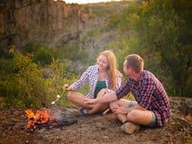 Nätta par som äter marshmallower på en naturlig bakgrund Härlig parresande Förhållandebegrepp kopiera avstånd fotografering för bildbyråer