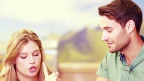 Nätta par som argumenterar i ett lager lager videofilmer