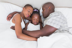 Nätta par som sover med deras dotter i deras säng Arkivfoton
