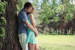 Nätta par som vilar i solig sommar, parkerar, älskar, förhållanden royaltyfria bilder