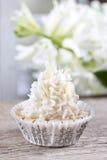 Nätta små muffin som dekoreras lavishly, på trätabellen Arkivfoto