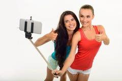Nätta unga flicka-vänner som gör selfie med fingrar-upp arkivfoton