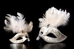 Nätta vita venician guld- karnevalmaskeringar på en svart bakgrund Royaltyfri Fotografi