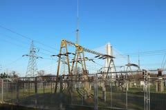 Nätverk för hög spänning för transformatoravdelningskontor elektriskt Industriell energi Metallstrukturer i det öppet Isolatorer  fotografering för bildbyråer