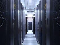 Nätverk för serverrumdatorhall för faktisk varande värd service Korridor inom med kuggar av supercomputers värddator och höjdpunk fotografering för bildbyråer