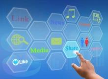 Nätverk för trycka på för hand socialt och faktisk pekskärm Fotografering för Bildbyråer