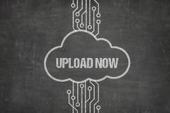 Nätverket som förbinder för att ladda upp nu, smsar i moln på den svart tavlan Fotografering för Bildbyråer