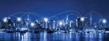 Nätverks- och anslutningsteknologibegrepp av horisont av New York fotografering för bildbyråer