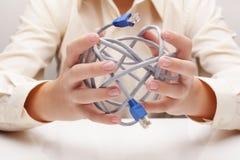 Nätverkskabel i handen (begreppet) Arkivfoto