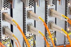 Nätverkskablar och nav Arkivfoto