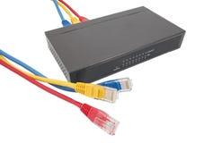 Nätverkskablar och router Arkivbild