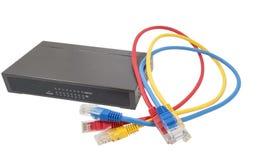 Nätverkskablar och router Arkivfoto