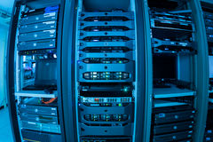 Nätverksserveror i datarum Arkivbild