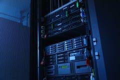 Nätverksserveror i inhemskt rum för datarum Arkivbild