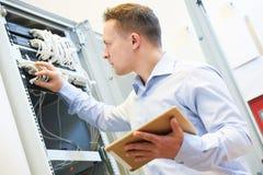 Nätverkstekniker admin på datorhallen Arkivbild