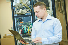 Nätverkstekniker admin på datorhallen Arkivbilder
