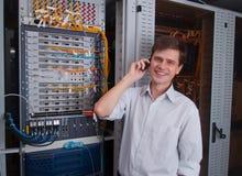 Nätverkstekniker i serverrum Arkivfoto
