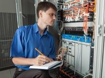 Nätverkstekniker i serverrum Arkivbilder