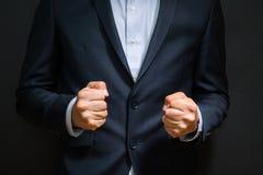 Nävar för affärsman som gripas hårt om i ilska Förargliga sinnesrörelser på arbete arkivbild
