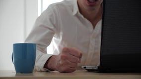 Näve av ilskna mantakter på tabellen på kontoret i ultrarapid Kopp te som spills på tabellen lager videofilmer