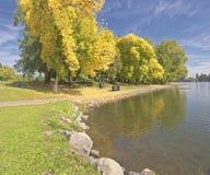 Nävetecknet av Autumn Blue Lake parkerar ELLER royaltyfria foton