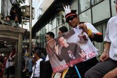Någon bärande indonesisk president Joko Widodo för affischer Royaltyfria Bilder