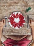 Någon förbereder sig att äta hjärta som göras av kyligt Arkivfoto