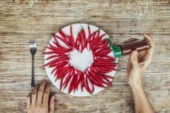 Någon förbereder sig att äta hjärta som göras av kyligt Arkivbilder