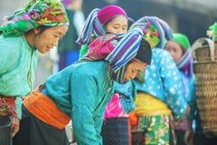 Någon kvinna för etnisk minoritet på den gamla Dong Van marknaden Arkivbild