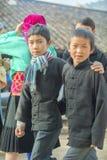 Någon pojke för etnisk minoritet, på den gamla Dong Van marknaden royaltyfri bild