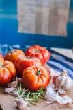 Någon röd tomater och vitlök för pasta fotografering för bildbyråer