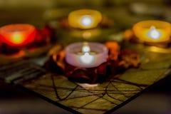 Någon romans med stearinljus på en tabell Arkivbilder
