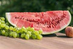 Någon saftig röd vattenmelon Arkivfoto
