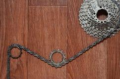 Någon sammansättning av en cykelkedja, flera tandhjul och annat Royaltyfri Bild