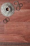 Någon sammansättning av en cykelkedja, flera tandhjul och annat Arkivfoton