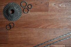 Någon sammansättning av en cykelkedja, flera tandhjul och annat Arkivbilder