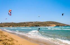 Någon som kiteboarding i solig dag Arkivbild