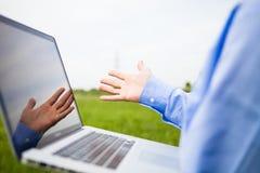Någon som pekar på en laptopscreen royaltyfri bild