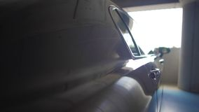 Någon som spionerar på chaufförsammanträde i bil på parkeringsplatsen, bevakning, säkerhet stock video