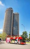 Någon turist besöker staden av Madrid på en touristic buss Arkivbilder