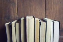 Något bokar i en bokhylla Royaltyfria Foton