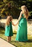 Något liknande fostrar den lika dottern härlig gravid kvinna med hennes barn royaltyfri fotografi