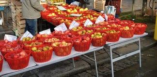 Några äpplen i gammal marknad Arkivbilder