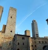 Några av de berömda tornen av San Gimignano i Tuscany, Italien mot djupblå himmel arkivfoton