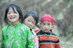 Några barn för etnisk minoritet på den Lung Cam byn royaltyfri fotografi
