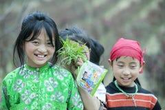 Några barn för etnisk minoritet på den Lung Cam byn royaltyfri bild