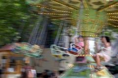 Några barn som svänger på stor hastighet arkivfoto