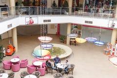 Några besökare i köpcentrummagnolian i staden av Brasov i Rumänien Royaltyfri Fotografi
