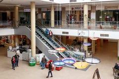 Några besökare i köpcentrummagnolian i staden av Brasov i Rumänien Royaltyfri Foto