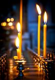 Några brännande stearinljus på altaret i Christian Church Fotografering för Bildbyråer